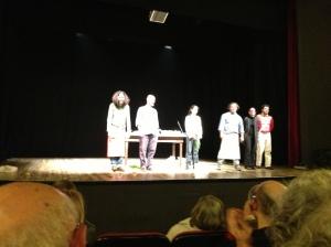 Gli attori ricevono gli applausi finali
