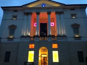 Dal giallo al viola - Manuela Badeschi esterno di Palazzo Fogazzaro