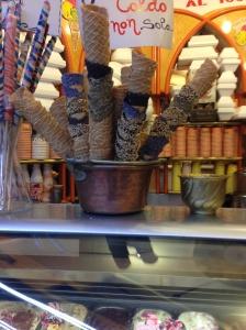 Un cono tra i molti proposti dalla gelateria Balzola, locale storico del centro di Albenga