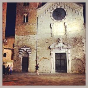 La cattedrale di San Michele Arcangelo, sulla facciata si leggono tutte le modifiche apportate nel corso dei secoli, all'interno sulle colonne magnifici lacerti di affreschi e sono conservate le spoglie di san Verano di Cavaillon
