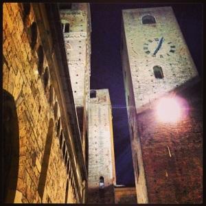 Le torri che si ergono sul cielo di Albenga, vicino al bellissimo Battistero