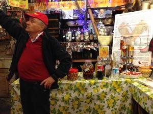 """Dino, il proprietario di questa cantina letteralmente tappezzata di fotografie di tutti i personaggi famosi che sono capitati ad Albenga. Per la cittadina una vera e propria istituzione. Pronti ad assaggiare i fichi sotto grappa e fare un giro sul cavallino… come direbbe Elvezia """"Passi lunghi e ben distesi"""""""