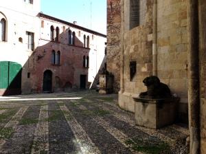 Piazzetta dei Leoni, lastricata con l'acciottolato tipico di Albenga. I tre leoni furono collocati dalla famiglia Costa, proprietari del palazzo che si affaccia sulla piazza stessa, nel XVI secolo. I leoni sono realizzati  in pietra peperina.
