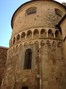 Abside del duomo con gallerie e colonnine in pietra del Finale, risalenti al XIII secolo.