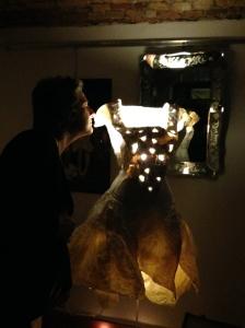 Le luci si spengono rimane la nostra Blanche che fa luce e protegge lo spazio in attesa di un nuovo giorno