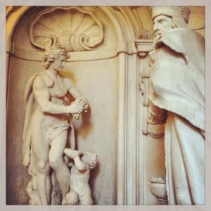 Lo scalone con le Stagioni, personaggi di pietra ma animati dai nostri visitatori