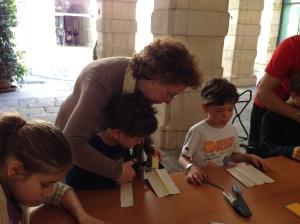 Anche la nostra responsabile aiuta nella costruzione del caleidoscopio